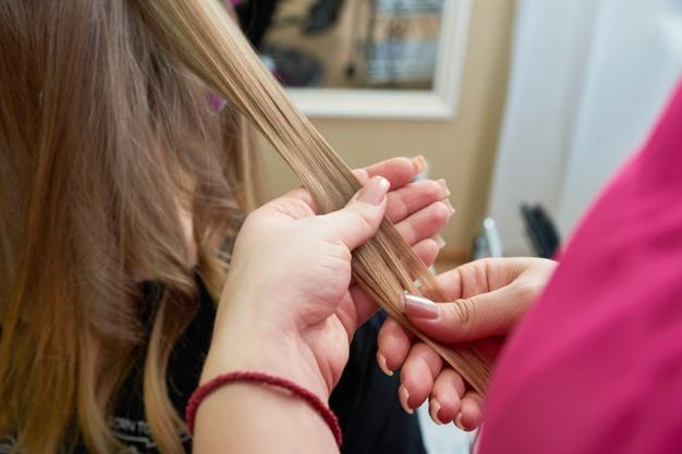 Coiffeur coiffage cheveux client dans salon beaute 130111 3924